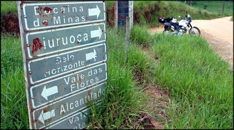 Bifurcação nas estradas de terra entre cidades Bocaina de Minas