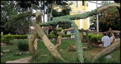 Escultura em madeira na praça central de São Thomé das Letras