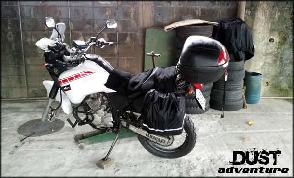 tenere 250 com pneu furado no borracheiro em Joinville