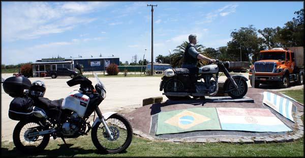 Monumento ao Motociclista no caminho de Colonia do Sacramento Uruguai