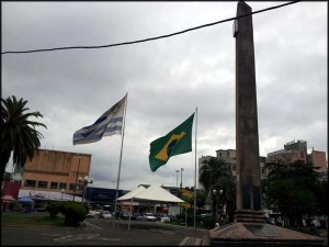 Praça na fronteira Brasil x Uruguai em Rivera