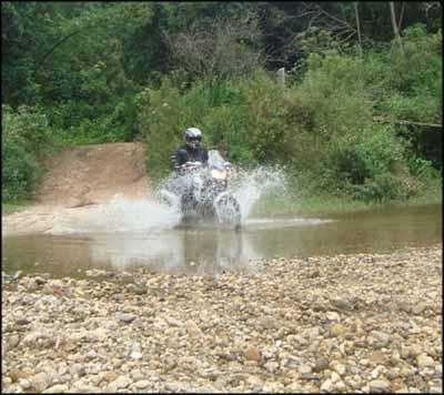 Atravessando rio com a Tenere 250