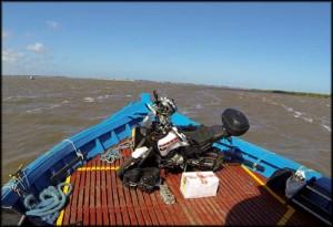 atravessando a moto no barco